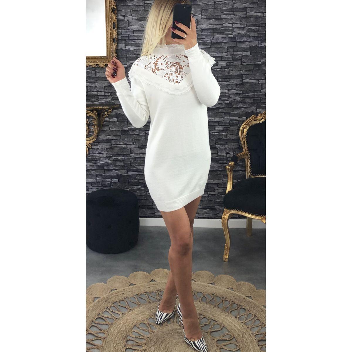 Robe en  maille blanche col dentelle et froufrou