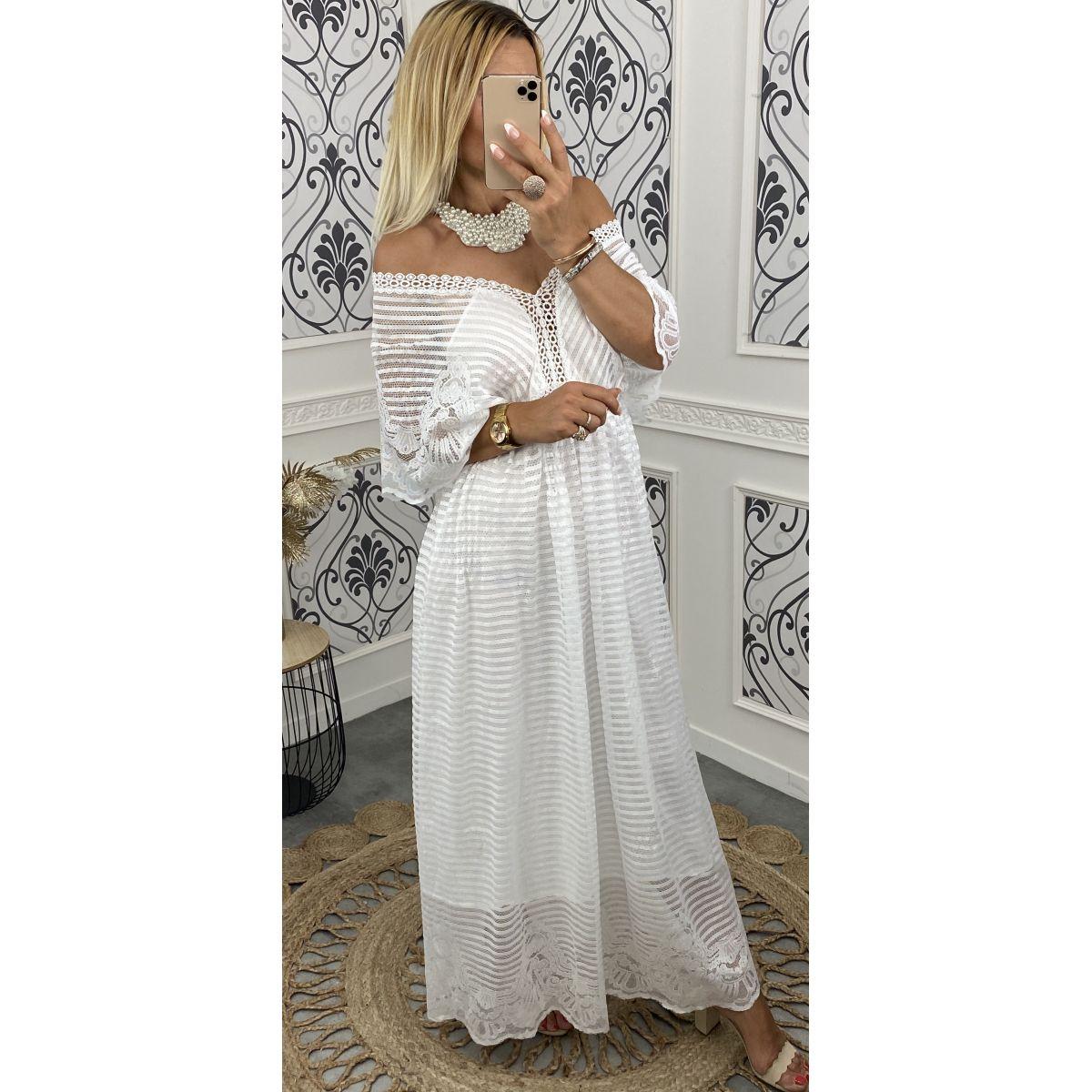 Robe en dentelle blanche manches courtes élargies